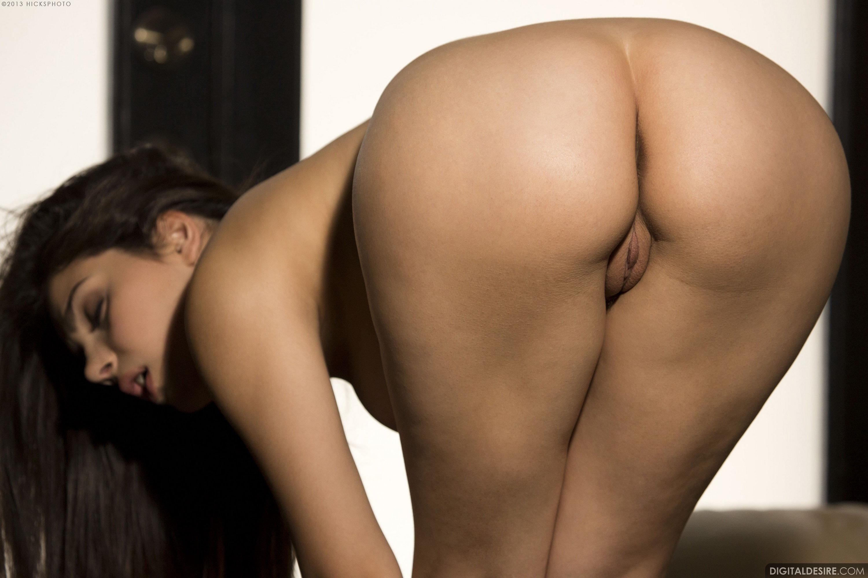 Эротическое фото с широкими бёдрами 11 фотография