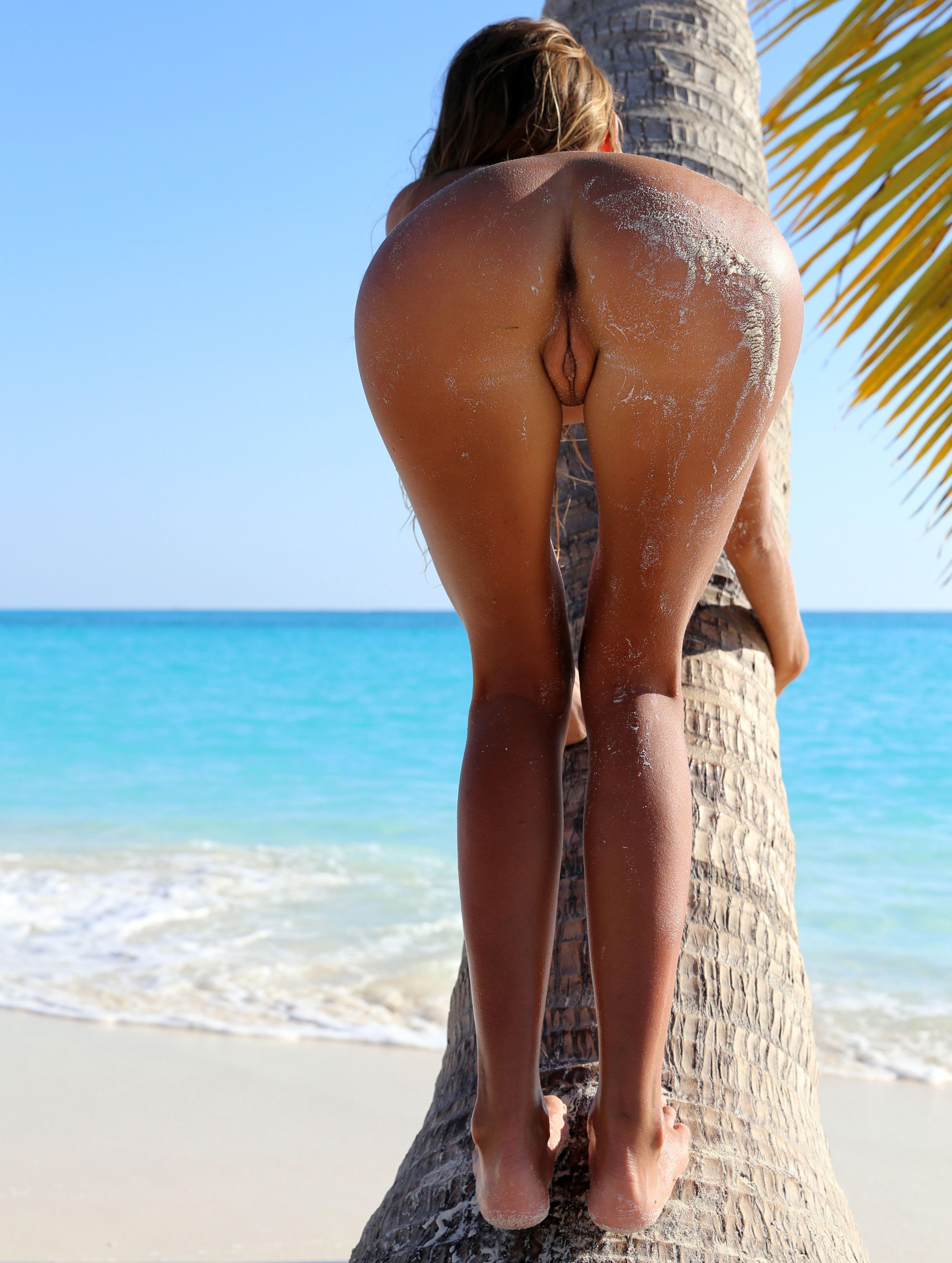Сексуальная брюнетка с длинными ногами 22 фотография