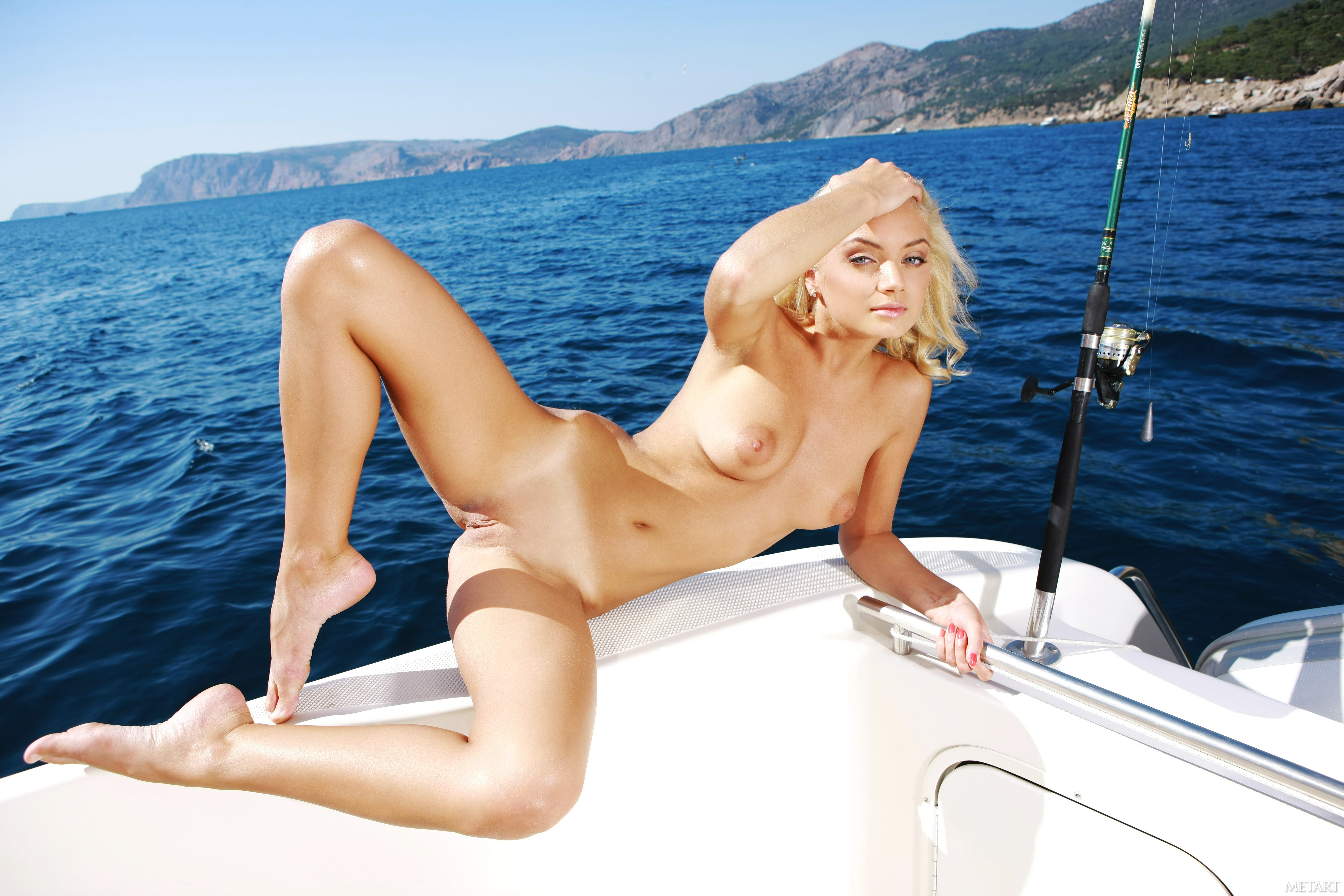 seksapilnaya-blondinka-na-yahte-russkie-porno-roliki-moloduyu-zhenu-v-anus