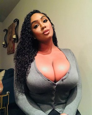 Curvy black pornstar Layton Benton shows big butt  № 940665 бесплатно