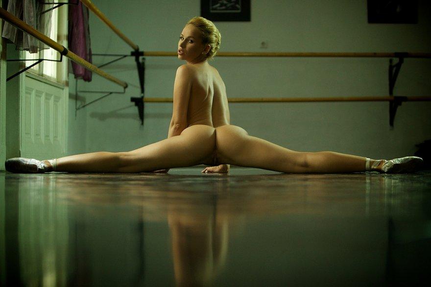 Reyna nude pussy splits babe