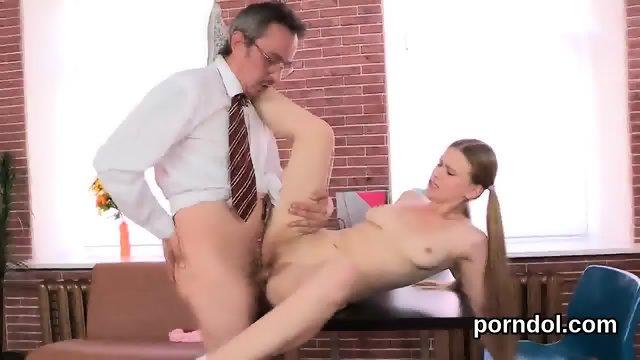 старик совратил спящую порно