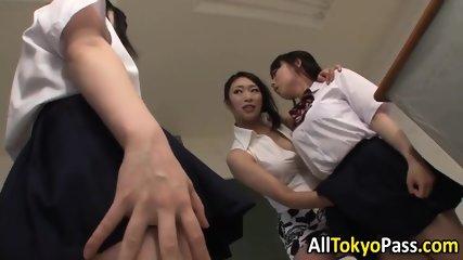 夏休みの制服女子高生が変態おやじの顔を生足で踏みつけるエッチなマッサージの校生系動画