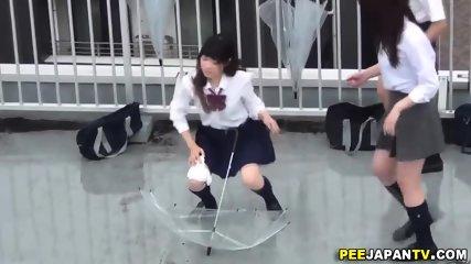 テニス部のJCが上着をたくし上げて恥ずかしいパイパンまんこが丸見の校生系動画