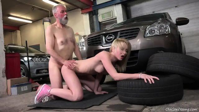 Пришла и в гараже отдалась